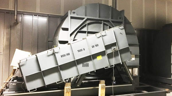 Ventilateurs radiaux avec entraînement par courroie dans la zone d'évacuation d'air de la ligne de peinture